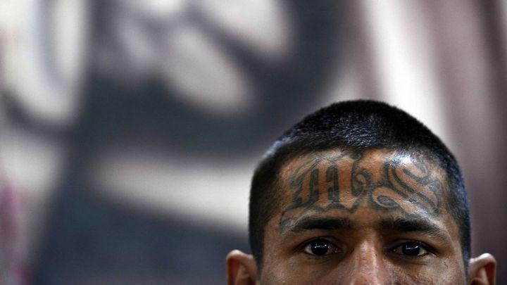 Hombre solo contra pandilleros32911